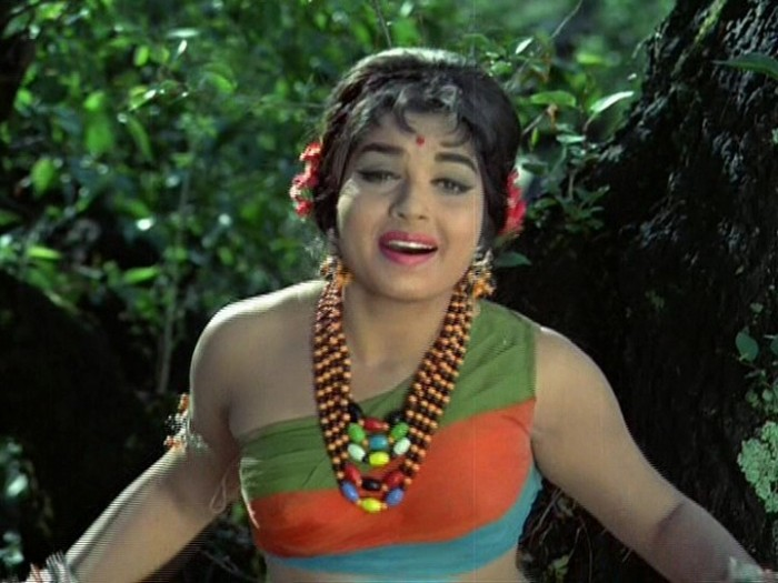 Jayalalitha in a scene from a Tamil Film Picture By: ReShareit.com