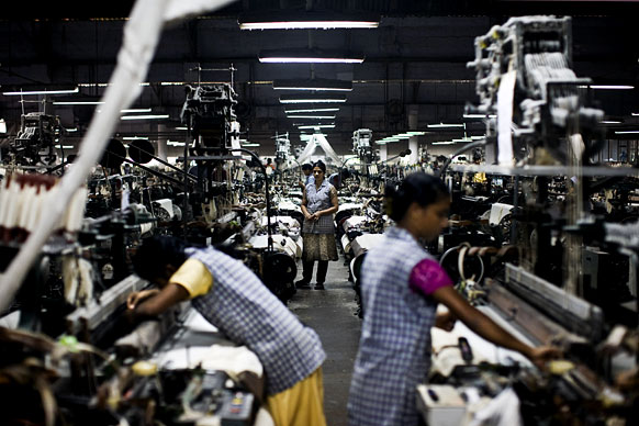 Indian women in factories Picture By: Globalizationimpacts.wikispaces.com
