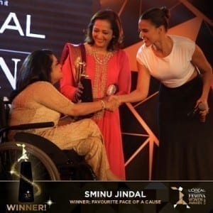 Ms. Sminu Jindal receiving loreal femina women award (600x600) (500x500) (400x400)