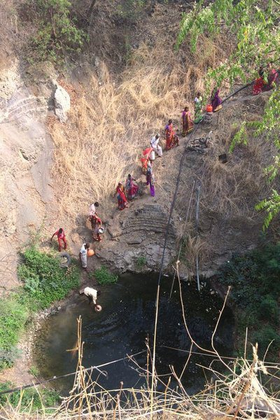 The long human chain by the steep slope for collection of water in Latur. Credits: BBC