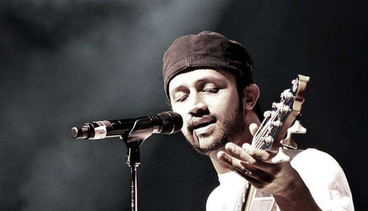 Atif Aslam Rescuing A Female Fan From Molesters In Mid-concert