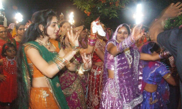 Rajasthani Bride takes 'Baraat' To The Groom's Door