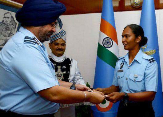 the-chief-of-iaf-felicitates-indian-cricketer,-shikha-pandey