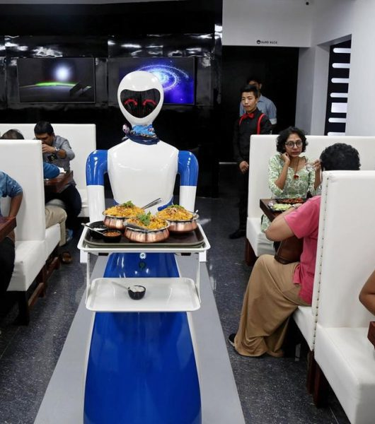 robots serve food