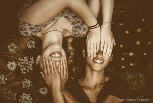 Friends girls sam manns unsplash